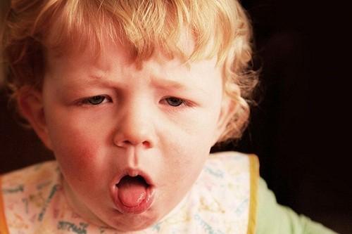 Trẻ bị ho kéo dài có thể là do mắc một số bệnh như ho gà, hen phế quản...