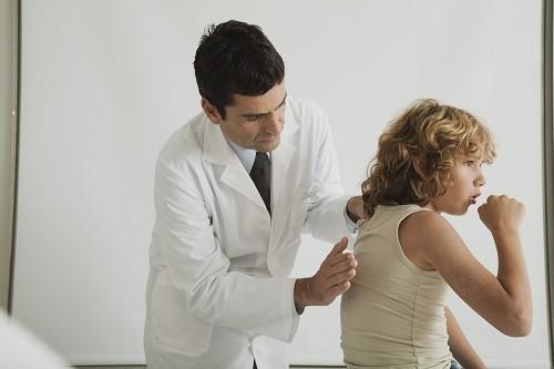 Nếu bị ho và nghẹt mũi kèm theo đờm lẫn máu, đau ngực nặng hoặc sốt trên 39 độ C, tìm kiếm sự chăm sóc y tế kịp thời.
