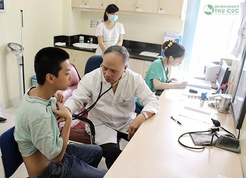 Bác sĩ đang tư vấn về tình trạng sức khỏe cho khách hàng