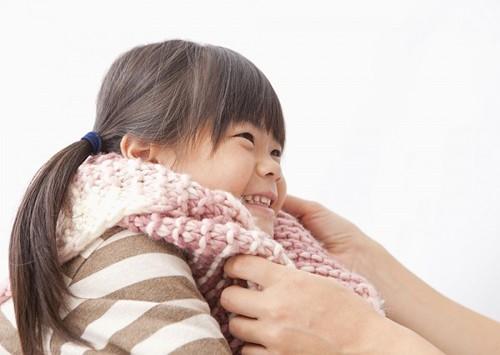 Để phòng viêm phổi cho trẻ, cha mẹ cần giữ ấm cơ thể cho trẻ khi thời tiết chuyển mùa