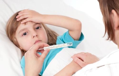 Đa số bệnh nhân lao sơ nhiễm có triệu chứng âm thầm như: sốt nhẹ về chiều, mệt mỏi, chán ăn, sút cân, đổ mồ hôi lúc ngủ dù trời lạnh.