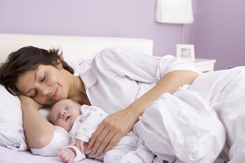 Sau khi sinh phải nghỉ ngơi lâu, đồng thời ăn nhiều thực phẩm có giá trị dinh dưỡng cao.