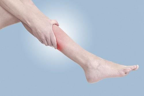 Chuột rút ở chân có thể là do tự phát hoặc là triệu chứng, biến chứng của một bệnh lý tiềm ẩn nào đó.