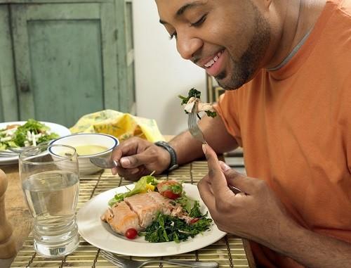 Để ngăn chặn tình trạng chuột rút, nên uống nhiều nước, ăn các thực phẩm giàu canxi, vitamin D...