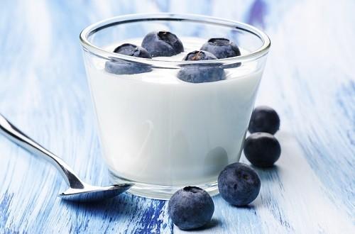 Sữa chua cung cấp các vi khuẩn có lợi giúp tăng cường sức khỏe tiêu hóa và chức năng miễn dịch.
