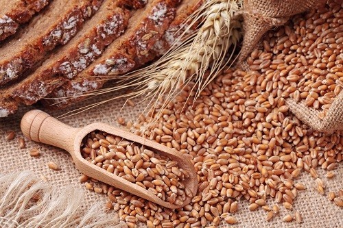 Ngũ cốc nguyên hạt cung cấp nhiều chất xơ, protein và vi chất dinh dưỡng hơn so với ngũ cốc tinh chế như bột mỳ trắng.