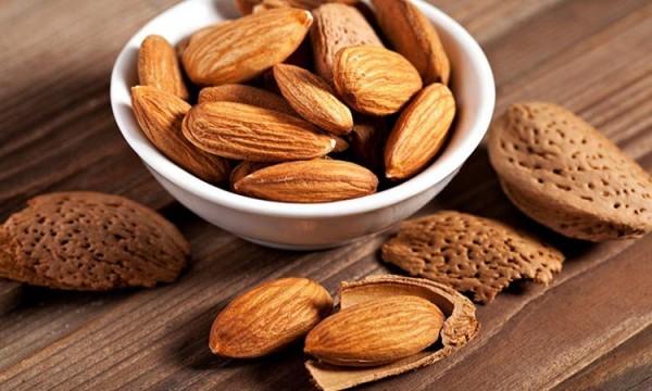 Vitamin E còn có nhiều trong hạt hướng dương, hạnh nhân.