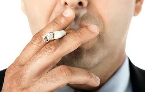 Người cao tuổi có thói quen hút thuốc lá, thuốc lào...làm tăng nguy cơ mắc bệnh về đường hô hấp