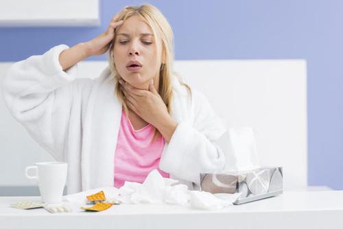 Khi bị giãn phế quản, người bệnh sẽ có biểu hiện như: sổ mũi, hắt hơi, rát họng, ho khan.