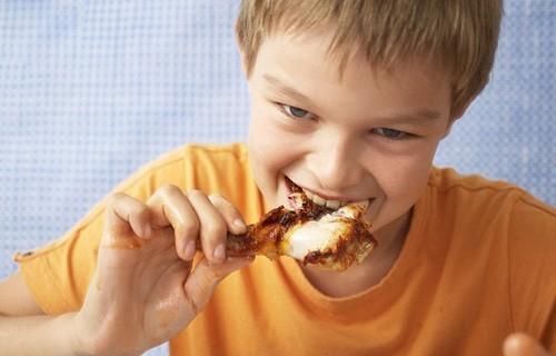 Để phòng hen phế quản ở trẻ tái phát cha mẹ cần tránh cho trẻ ăn những thực phẩm dễ gây dị ứng, bổ sung nhiều rau củ quả