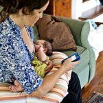 Trẻ chậm phát triển nếu mẹ thường dùng điện thoại khi cho con bú