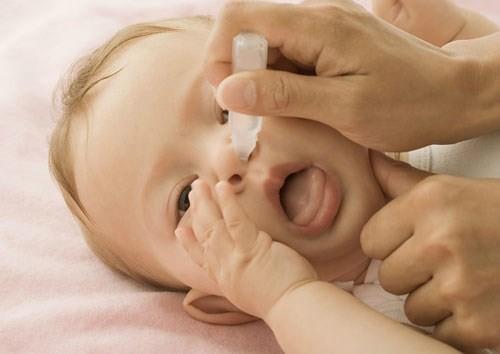 Nhỏ nước ép tỏi vào mũi có thể làm bỏng rát niêm mạc mũi mỏng của bé