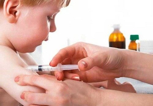 Cần đưa trẻ đi tiêm vắc-xin đầy đủ nhằm phòng tránh các bệnh lây nhiễm cho trẻ, trong đó có viêm phổi
