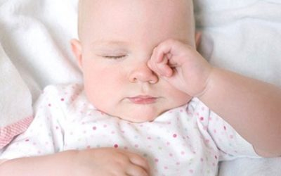 Tại sao bé hay dụi mắt?