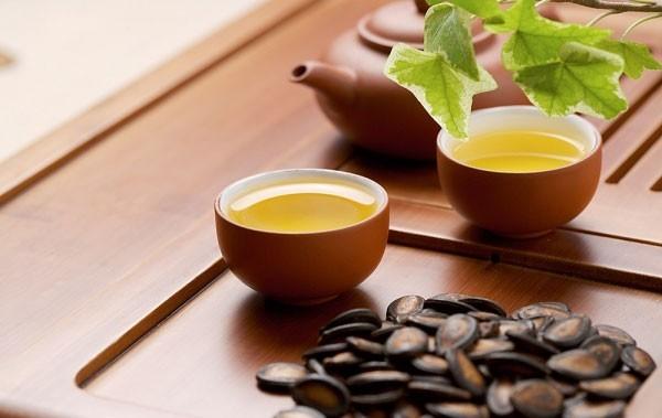 Trà giúp làm giảm các kích thích phế quản, ho và đau do viêm phế quản cấp, cho những người cần được long đờm. Uống trà 3-4 lần/ ngày sẽ giúp khắc phục hậu quả bệnh viêm phế quản.