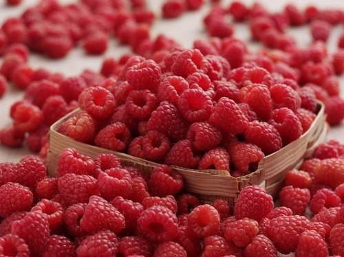 Nên ăn nguyên quả mâm xôi để hấp thu được tối đa lượng chất xơ cho cơ thể.