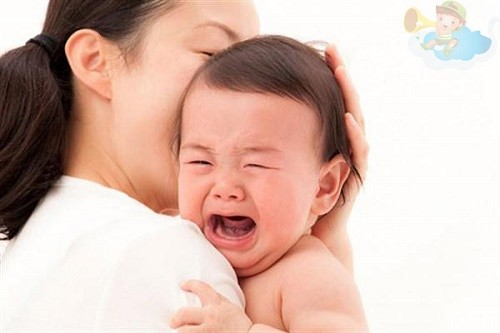 Trẻ bị viêm tiểu phế quản thường có biểu hiện sốt, ho, sổ mũi, khó thở...