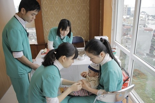 Cha mẹ cần đưa trẻ tới bệnh viện để được kiểm tra và điều trị sớm bệnh