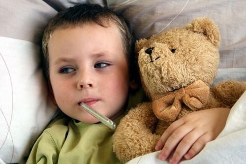 trẻ mắc lao sơ nhiễm có triệu chứng âm thầm như sốt nhẹ về chiều, mệt mỏi, chán ăn, sút cân