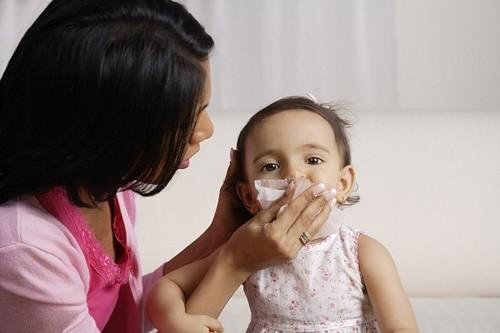 Khi mắc bệnh, trẻ thường có triệu chứng sốt, ho, sổ mũi, khó thở...ảnh hưởng tới sức khỏe
