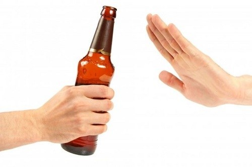 Nên tránh rượu bia vì rượu bia khi vào cơ thể sẽ làm viêm dây thanh quản khiến giọng nói khàn đục