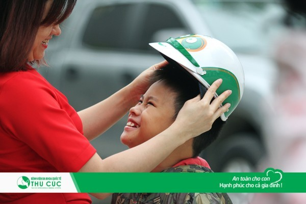 Đội mũ bảo hiểm cho con trên mọi chặng đường là việc làm mà các bậc cha mẹ nên lưu ý