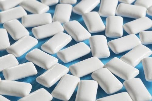 <em>Nhai kẹo cao su hoặc ngậm kéo cứng có tác dụng kích thích nước bọt, trung hòa axit trong thực quả</em>