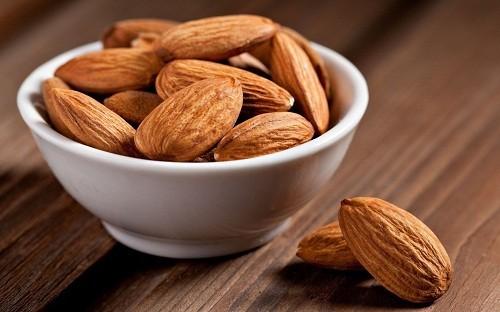 Hạnh nhân có chứa các chất dinh dưỡng quan trọng như magiê và vitamin B giúp chuyển hóa thức ăn thành năng lượng.
