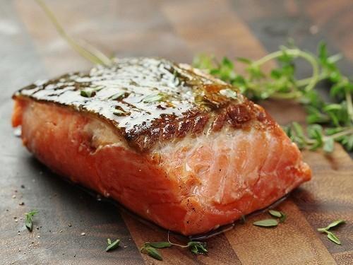 Axit béo omega - 3 trong cá hồi giúp cải thiện trí nhớ và làm giảm trầm cảm, cũng như tăng cường năng lượng và tâm trạng.