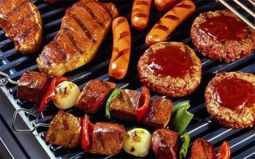 Người bệnh cần tránh các thực phẩm cay nóng, chế biến sẵn vì có thể khiến tình trạng bệnh nặng hơn