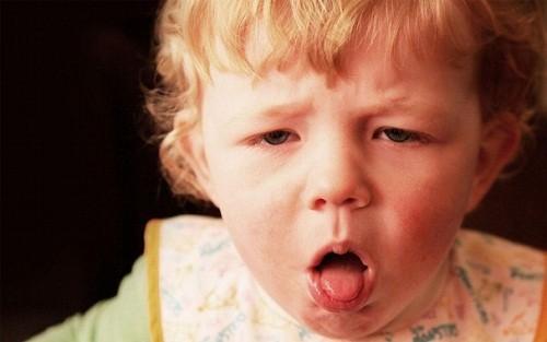Bệnh có thể gặp ở cả người lớn và trẻ em với các biểu hiện như thở nhanh, tím tái...