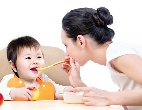 Trong chế độ chăm sóc trẻ bị viêm tiểu phế quản cần tăng cường bổ sung dinh dưỡng qua chế độ ăn uống hàng ngày
