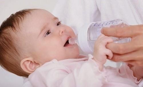 Cha mẹ nên bổ sung nước cho trẻ có thể là nước lọc hoặc nước hoa quả