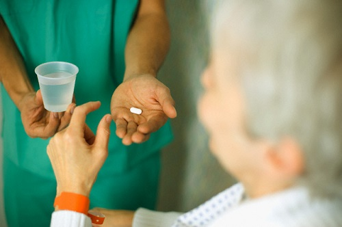 Người bệnh có thể dùng thuốc kháng sinh hoặc thuốc ho (tùy vào nguyên nhân và tình trạng bệnh cụ thể)