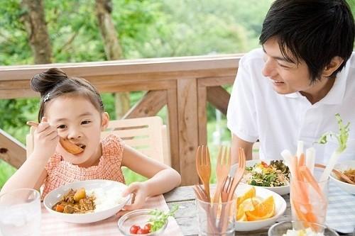 Khi trẻ bị viêm phế quản cần chú ý tới chế độ ăn uống của bé hàng ngày nhằm cải thiện sớm bệnh