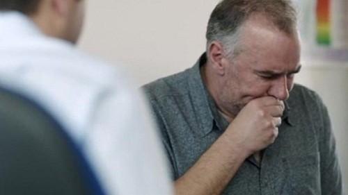 Triệu chứng viêm phổi do rượu giống với viêm phổi bình thường như ho, sốt, đau ngực, khó thở