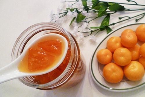 Cách dùng: 300ml mật ong nguyên chất, 5 trái quất tươi, có thể thay thế bằng chanh. Quất rửa sạch cho vào tô rồi rưới mật ong lên. Đem tô này đặt vào nồi cơm điện hấp cách thủy 2 tiếng đến khi chín. Mỗi ngày dùng 2 lần, mỗi lần dùng 2 thìa cafe nhỏ khoảng 10ml vào buổi sáng và tối. Uống liên tục 5-7 ngày sẽ hết sổ mũi.