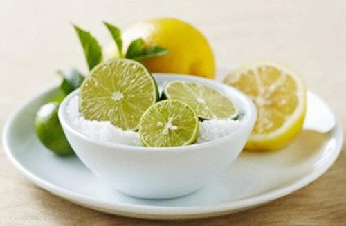 Chanh là vị thuốc chữa viêm họng được nhiều người sử dụng vì tính tiện dụng, an toàn và khá hiệu quả. Sử dụng chanh tươi, thái lát ngậm cùng với một vài hạt muối sẽ giúp bạn cải thiện tình trạng đau rát cổ họng.