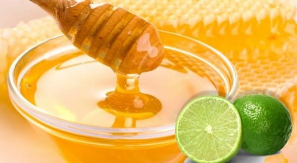 Khi bị đau họng, bạn có thể lấy một cốc nước nóng, thêm một chút nước cốt chanh và mật ong. Khuấy đều rồi uống. Mỗi uống 2 lần trong 2-3 ngày họng của bạn sẽ không còn bị đau.
