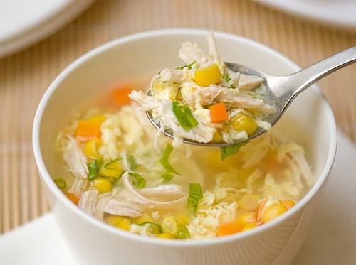 Súp gà vừa là phương thuốc hiệu quả để chữa cảm lạnh và viêm họng. Chất sodium trong nước súp có chứa các chất kháng viêm hiệu quả và mang lại cảm giác dễ chịu cho bạn khi ăn.