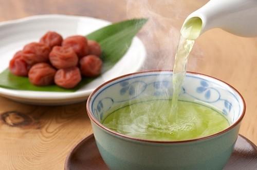 Trà nóng là một trong những cách hiệu quả để chữa viêm họng tại nhà. Bạn có thể dùng trà thảo dược hoặc trà thông thường. Tránh uống trà chứa cafein bởi chúng sẽ làm cổ họng bạn khó chịu.