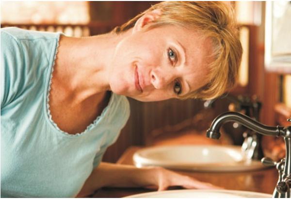 Trước khi rửa mũi bạn ghiêng về phía trước trên bồn rửa, khoảng một góc 45 độ