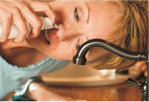 Nghiêng bình để đổ nước vào lỗ mũi của bạn