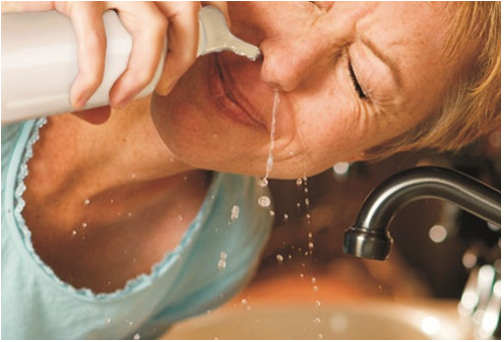 Nước muối sẽ chạy qua đường mũi và thoát ra khỏi lỗ mũi khác của bạn