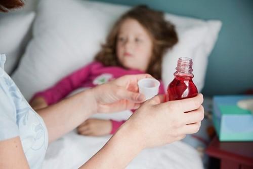 Ngừng thuốc điều trị bệnh viêm đường hô hấp trên cho trẻ khi chưa có chỉ định của bác sĩ cũng là một sai lầm mà nhiều cha mẹ mắc phải