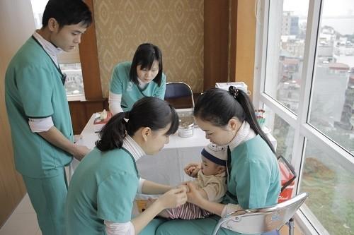 Cha mẹ cần đưa trẻ tới ngay các cơ sở y tế, bệnh viện để được thăm khám và xử trí nhanh chóng tình trạng bệnh