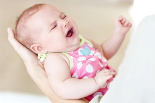 Khi trẻ bị viêm phổi sẽ có triệu chứng thở nhanh và thở gấp