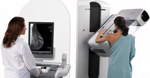 Chụp X-quang tuyến vú là một trong những xét nghiệm chẩn đoán hình ảnh được dùng trong tầm soát và chẩn đoán ung thư vú
