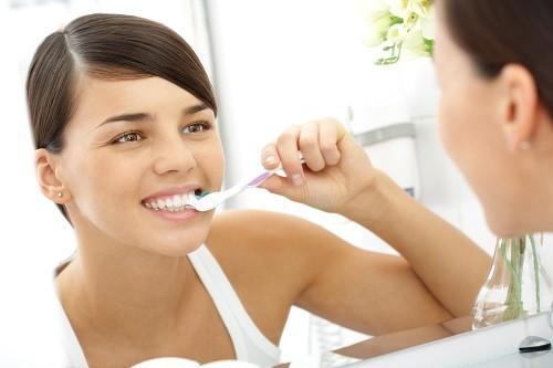 Duy trì thói quen chăm sóc răng miệng tốt: đánh răng 2 lần/ngày, sử dụng chỉ nha khoa ít nhất 1 lần/ngày và khám nha khoa ít nhất 2 lần/năm