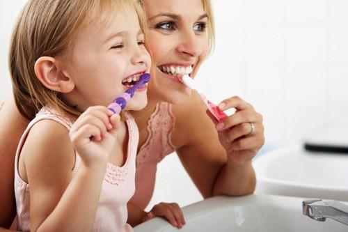 Để phòng viêm đường hô hấp trên ở trẻ, cha mẹ cần tạo cho trẻ thói quen vệ sinh răng miệng hàng ngày
